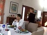 Almoço com os amigos de trabalho e o corno olhando