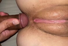 Tirando a virgindade do cu da casada gostosa