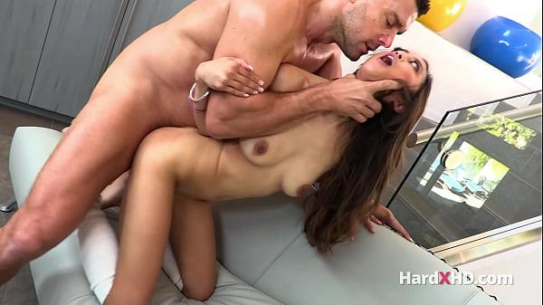Gostosa pelada dando a buceta pro namorado dotado no sexo brutal