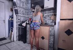 Homem dotado metendo a porra grande no cuzinho da cunhada na cozinha