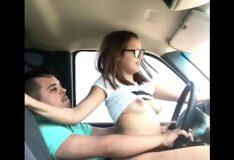 Novinha bucetuda sentando na pica do namorado dentro do carro
